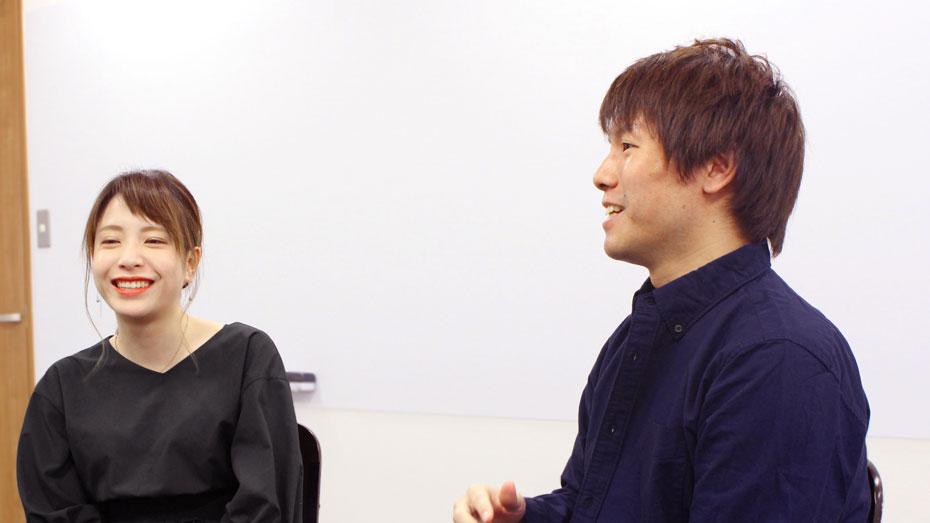 写真:左を向いて笑顔で話をする二人