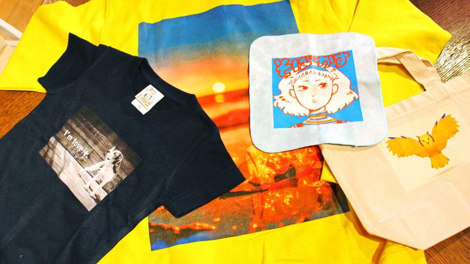 写真:図案がプリントされたTシャツとトートバック、ハンカチ